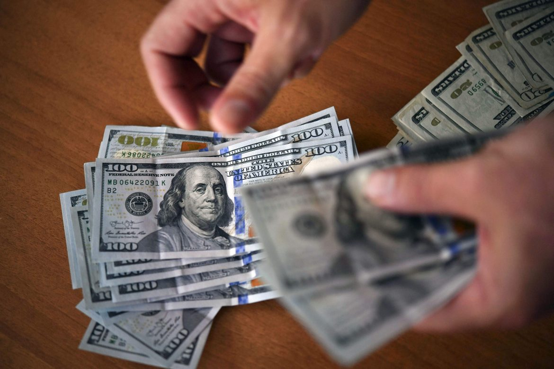 Эксперт рассказал о причинах падения доллара в начале июня