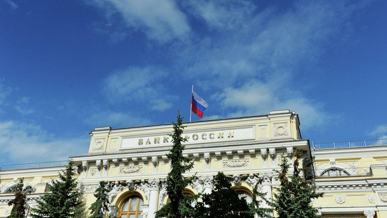 Россияне в апреле принесли в банки почти 1 трлн рублей: с чем это связано?