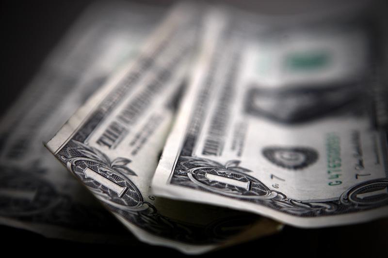 Доллар снизился в преддверии выхода ключевых данных по инфляции От Investing.com