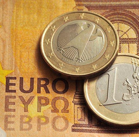 Официальный курс доллара понизился на 50 копеек, евро — на 35