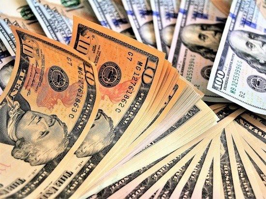 Почему россияне массово снимают с банковских счетов валюту?