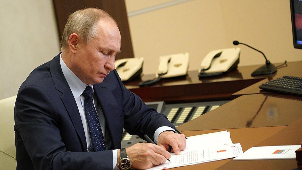 Путин подписал закон о защите минимального дохода должников