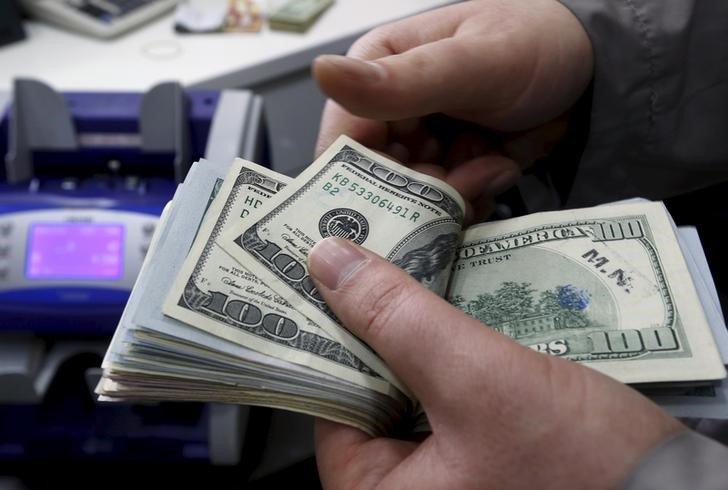 Средний курс продажи наличного доллара США в банках Москвы достиг минимального значения за неделю и составляет 74,5131 руб. От IFX