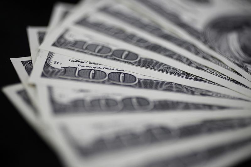 За первые пять минут торгов курс доллара США повысился  до 74,3458 руб. От IFX