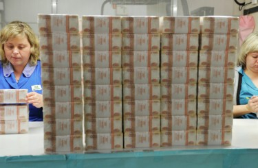 Россияне вынесли из банков 300 миллиардов наличными за две недели