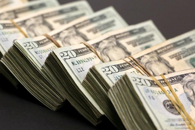 За первые пять минут торгов курс доллара США понизился  до 72,6564 руб. От IFX
