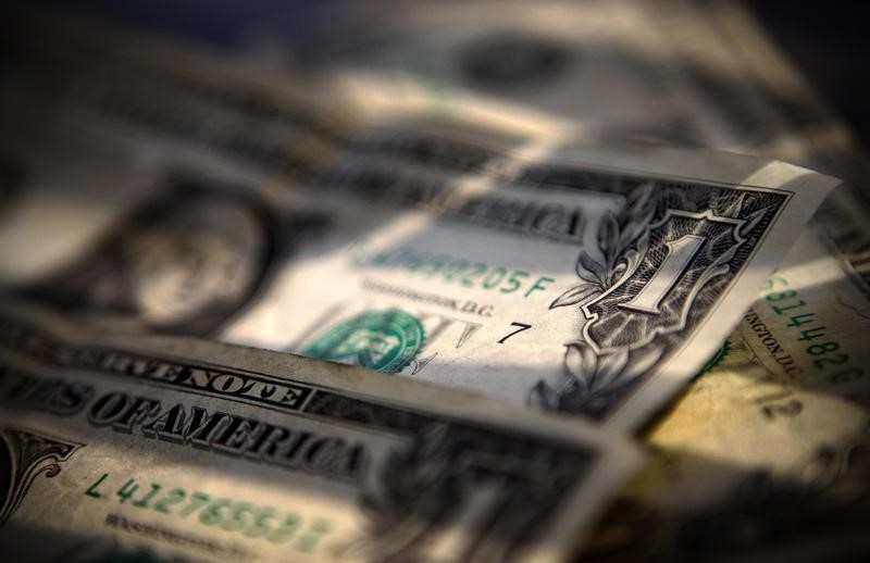 За первые пять минут торгов курс доллара США понизился  до 72,8462 руб. От IFX