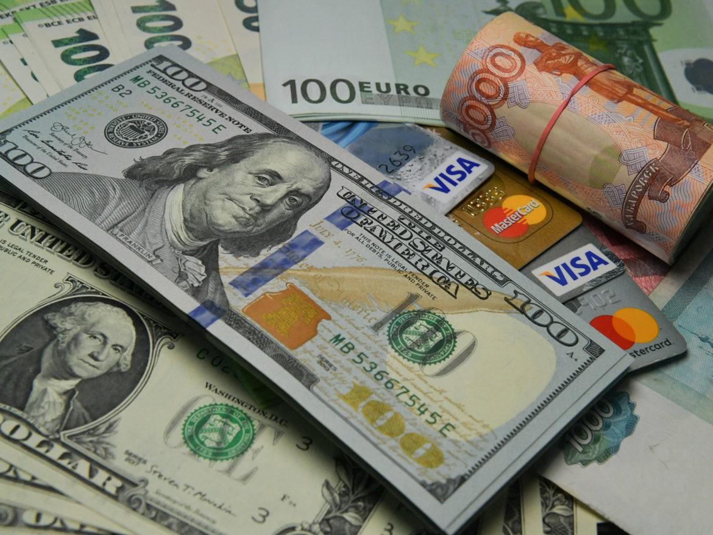 ЦБ РФ: доля доллара и евро в резервах РФ за год к 31 марта сократилась, золота, юаня выросла
