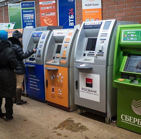 Работающие в РФ трудовые мигранты с 11 октября смогут отправлять на родину в долг до 15 тысяч рублей