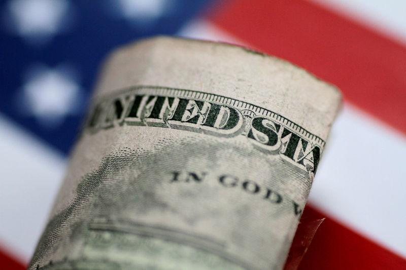 За первые пять минут торгов курс доллара США понизился  до 72,4818 руб. От IFX